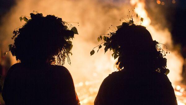 Due ragazze alla festa del Solstizio d'Estate nel villaggio di Okunevo, vicino Omsk - Sputnik Italia