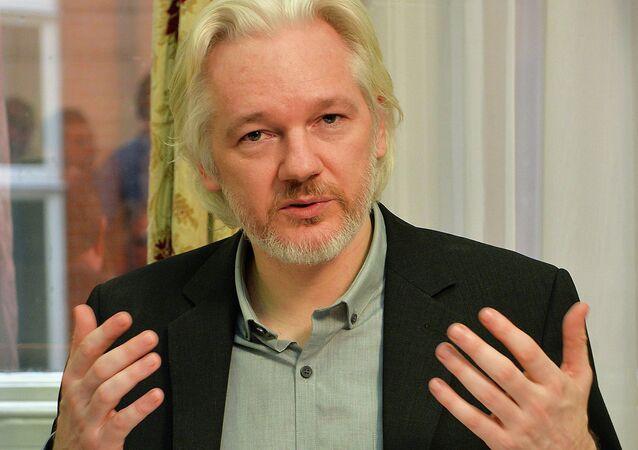 Julian Assange, fondatore di Wikileaks,è rinchiuso da tre anni nell'ambasciata dell'Ecuador di Londra per scongiurare di essere estradato in Svezia