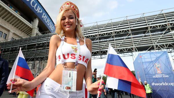 Болельщица сборной России перед матчем группового этапа чемпионата мира по футболу между сборными России и Саудовской Аравии - Sputnik Italia