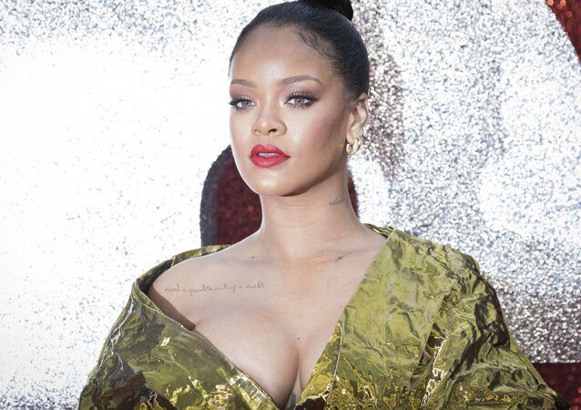 La cantante Rihanna si fa fotografare alla prima del film Ocean's 8 a Londra.