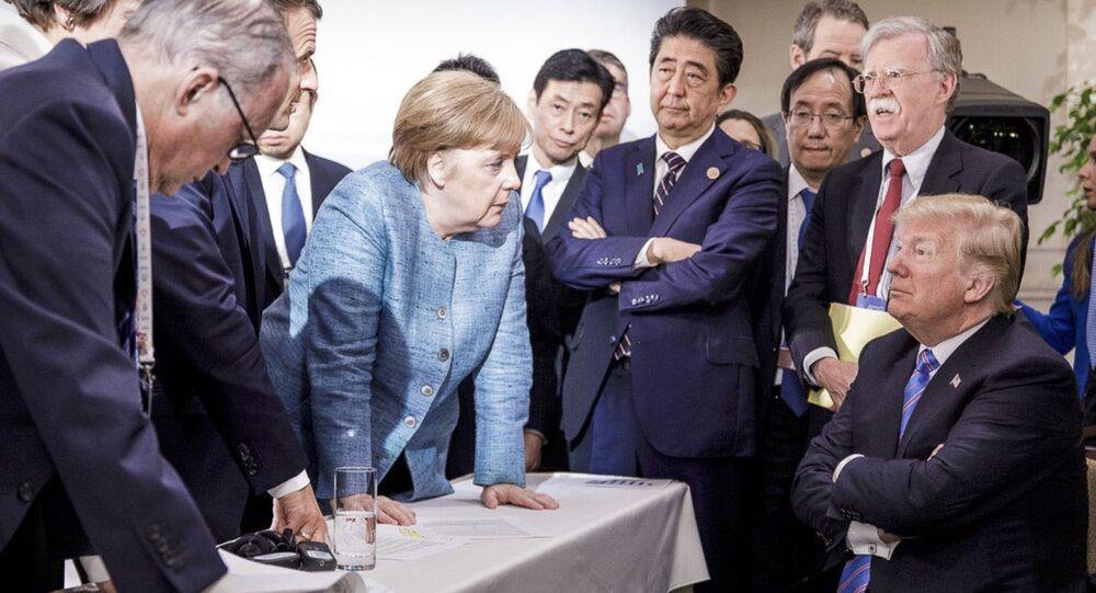 Angela Merkel parla al presidente statunitense Donald Trump durante il summit del G7
