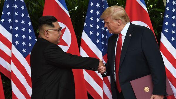 Il leader della Corea del Nord Kim Jong Un e il presidente statunitense Donald Trump al summit USA-Corea del Nord - Sputnik Italia