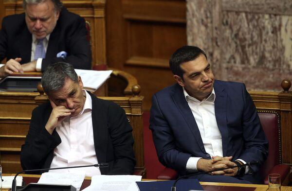 Il ministro delle Finanze Euclid Tsakalotos e il primo ministro della Grecia Alexis Tsipras assistono alla seduta parlamentaria ad Atene. - Sputnik Italia
