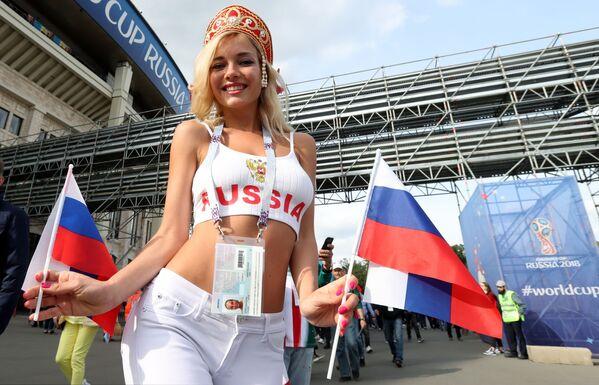 Una tifosa della nazionale russa vista prima della partita tra la Russia e l'Arabia Saudita. - Sputnik Italia