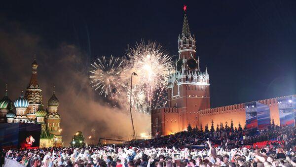 Fuochi d'artificio alle celebrazioni del Giorno della Russia in piazza Rossa, Mosca, Russia. - Sputnik Italia