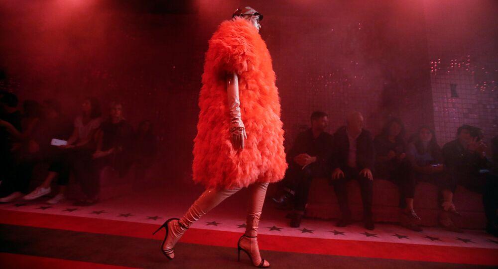 Una modella a una sfilata di Gucci alla Fashion Week a Milano (foto d'archivio)