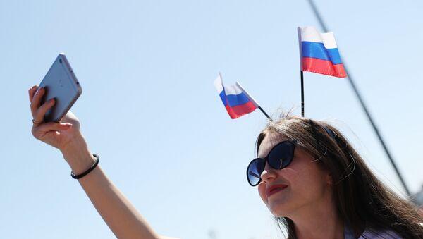 Una tifosa russa prima dell'unizio di una partita dei Mondiali - Sputnik Italia