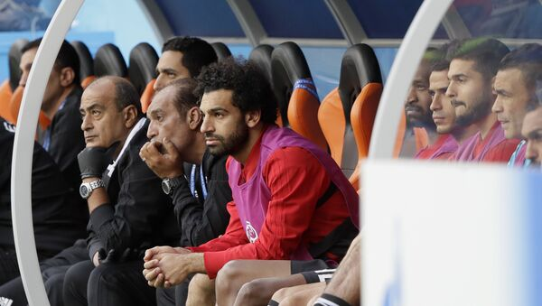 Egypt's Mohamed Salah, center, watches his team during the group A match between Egypt and Uruguay at the 2018 soccer World Cup in the Yekaterinburg Arena in Yekaterinburg, Russia, Friday, June 15, 2018 - Sputnik Italia