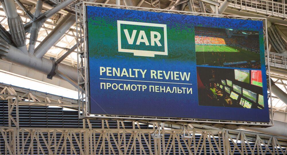 Un maxischermo della Kazan Arena indica l'utilizzo della VAR