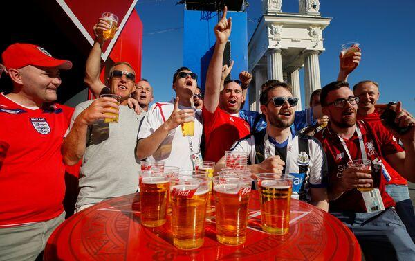 Prepartita a base di birra per questi tifosi inglesi a Volgograd - Sputnik Italia