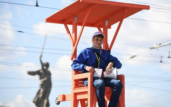 Un volontario dirige il flusso dei tifosi a Volgograd - Sputnik Italia