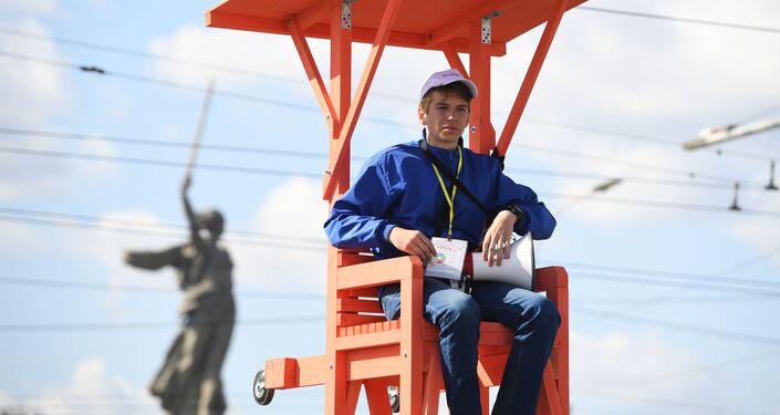 Un volontario dirige il flusso dei tifosi a Volgograd