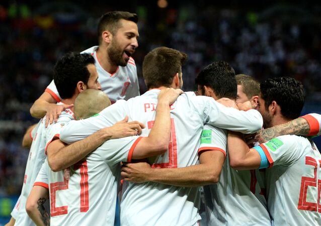 La Spagna festeggia il gol della vittoria contro l'Iran