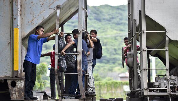 I migranti dell'America centrale vanno sul treno per arrivare alla frontiera tra il Messico e gli USA - Sputnik Italia