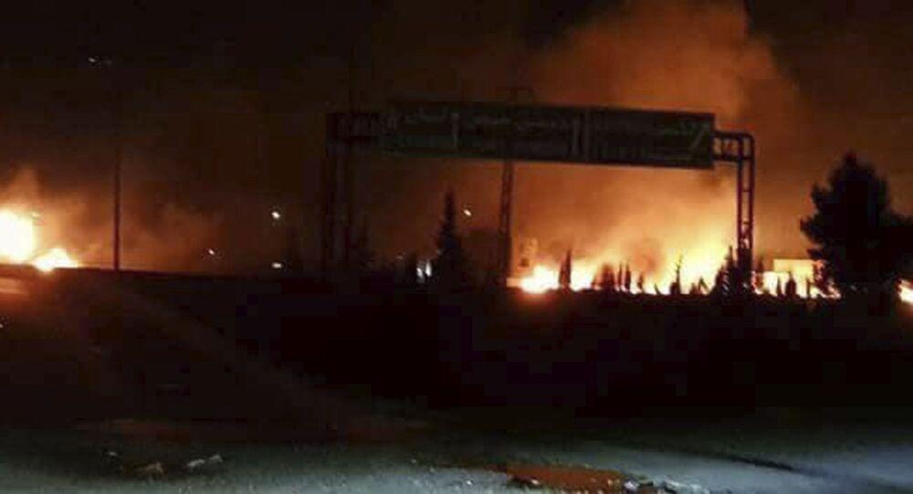In questa foto del 9 maggio 2018 si vedono le fiamme alzarsi nel cielo dopo un attacco contro le basi siriane di Kiwse, sobborgo a sud di Damasco