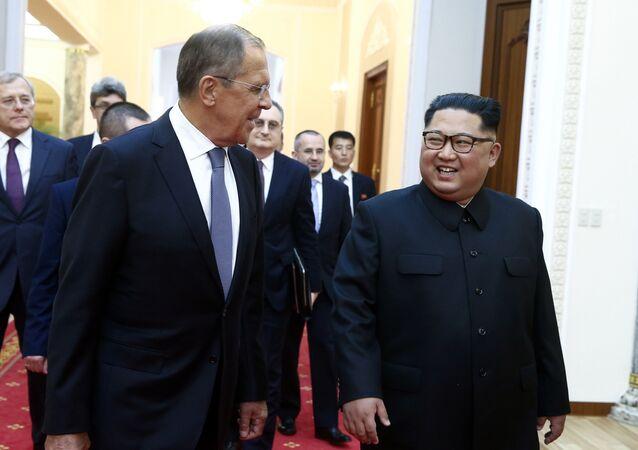 Il ministro degli Esteri russo e il leader nordcoreano Kim Jong-un a Pyongyang.