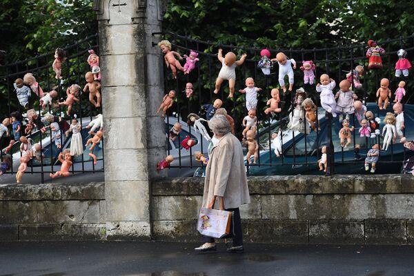 Куклы на заборе во французском городе Вьерзоне как символ протеста против сокращений в родильном отделении - Sputnik Italia