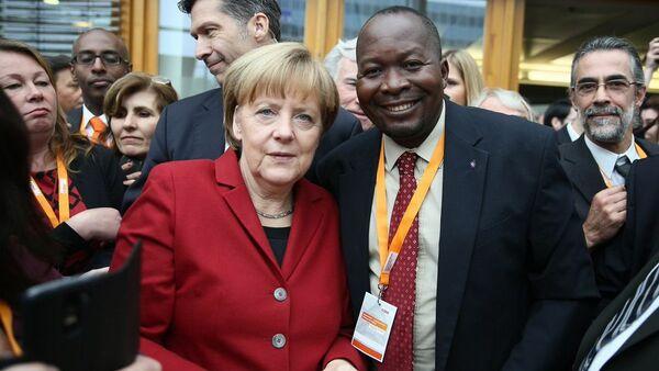 Robert Atangana e Angela Merkel - Sputnik Italia