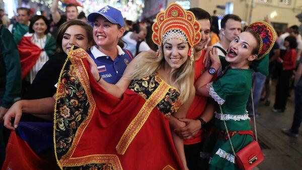 Tifose russe in festa a Mosca - Sputnik Italia