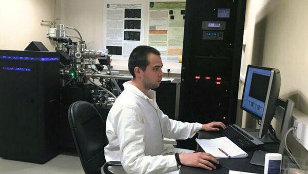 Il rappresentante della cattedra dei problemi dei materiali di MEPhIsvolge una ricerca - Sputnik Italia