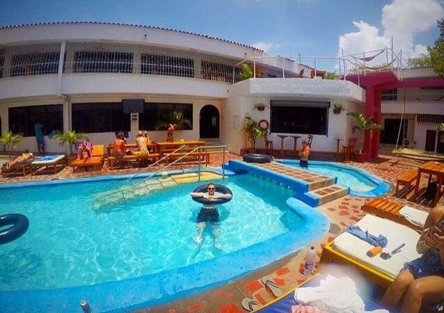 La piscina del Drop Bear Hostel di Santa Marta, Colombia