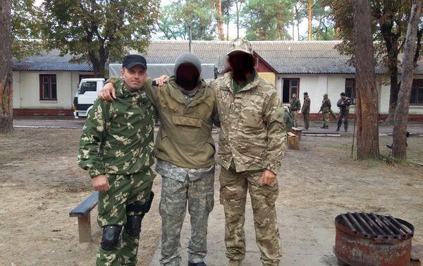 Le esercitazioni dell'unità militare 3066. Sergey Sanovsky alla sinistra. - Sputnik Italia