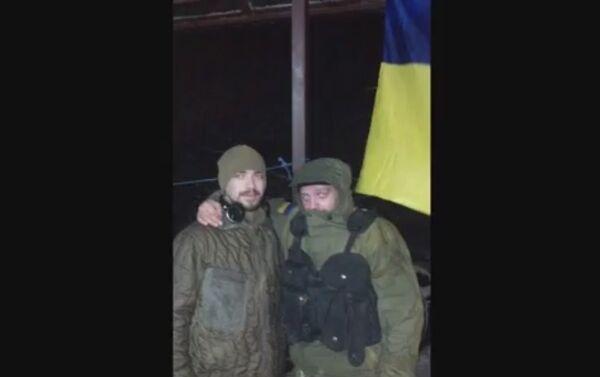 La base del reggimento Azov vicino a Mariupol. Sergey Sanovsky alla sinistra. - Sputnik Italia