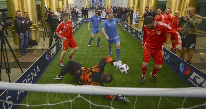 Una partita di calcio nella stazione della metropolitana Mezhdunarodnaya di San Pietroburgo
