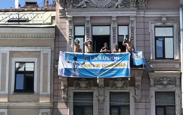 Tifosi argentini scatenati su un balcone della prospettiva Nevskiy - Sputnik Italia