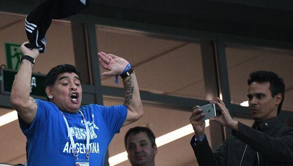 Maradona scatenato durante la partita tra Argentina e Nigeria a San Pietroburgo - Sputnik Italia