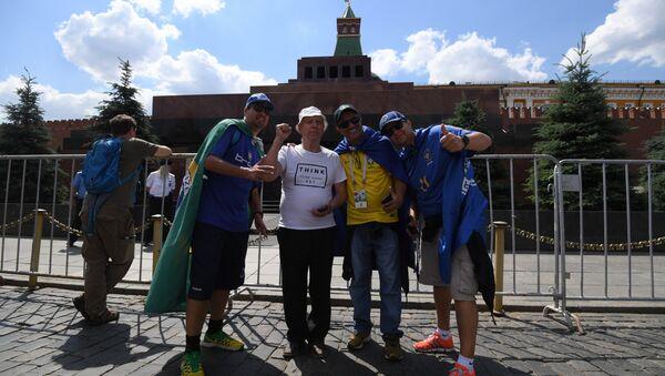 I tifosi posano vicino al Mausoleo di Lenin - Sputnik Italia