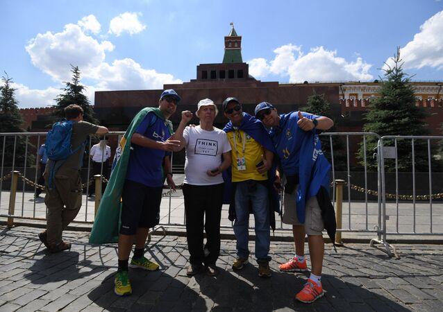 I tifosi posano vicino al Mausoleo di Lenin