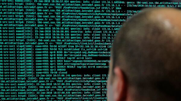 a French solider watches code lines on his computer at the French Defense ministry stand during an International Cybersecurity forum in Lille, northern France - Sputnik Italia