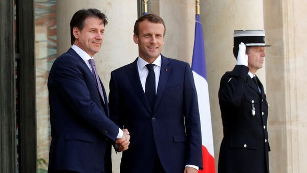 Stretta di mano tra Trump e Macron - Sputnik Italia