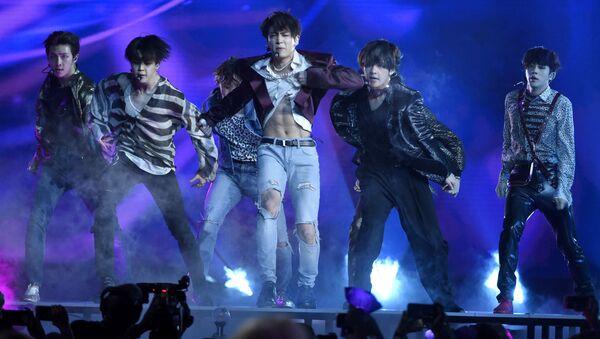 Южнокорейская группа BTS во время выступления в Лас-Вегасе - Sputnik Italia