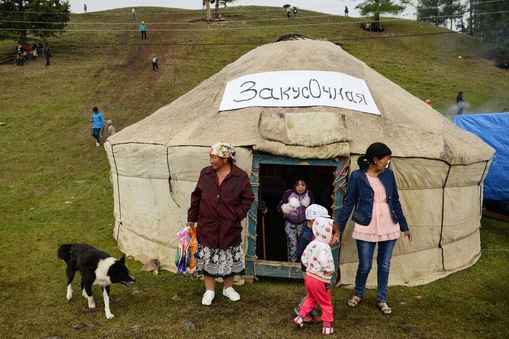 Un caffè nella yurta, la tradizionale tenda dei popoli nomadi dell'Asia Centrale.