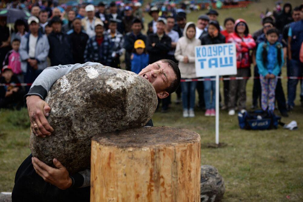 Un'altro sport tradizionale dei Telenghiti è il sollevamento dei massi.