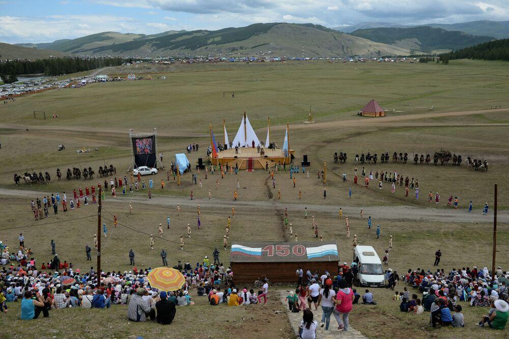 Veduta dall'alto del campo nel villaggio di Ulagan, dove si è tenuta la festa.