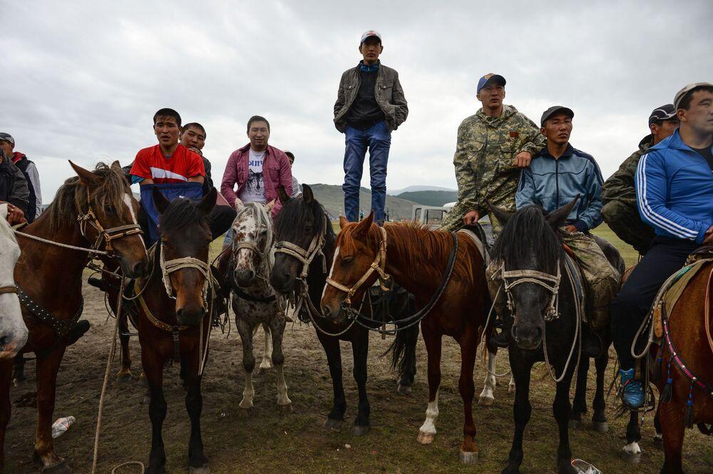 Spettatori a cavallo osservano il combattimento Kurash, anch'esso comune a molti popoli dell'Asia Centrale