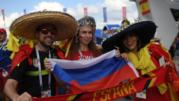 Soccer fans cheer waiting for the start of the World Cup Round of 16 soccer match between Russia and Spain outside the Luzhniki stadium in Moscow, Russia, July 1, 2018 - Sputnik Italia