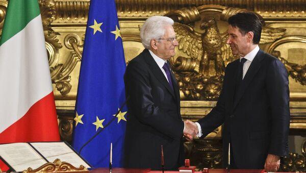 Una stretta di mano tra Sergio Mattarella e Giuseppe Conte - Sputnik Italia