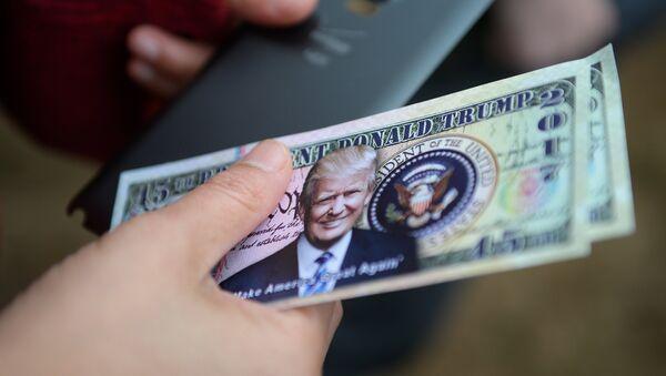 Dollari con l'immagine di Donald Trump - Sputnik Italia