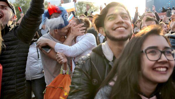 Folla in una fanzone durante una partita dei Mondiali - Sputnik Italia