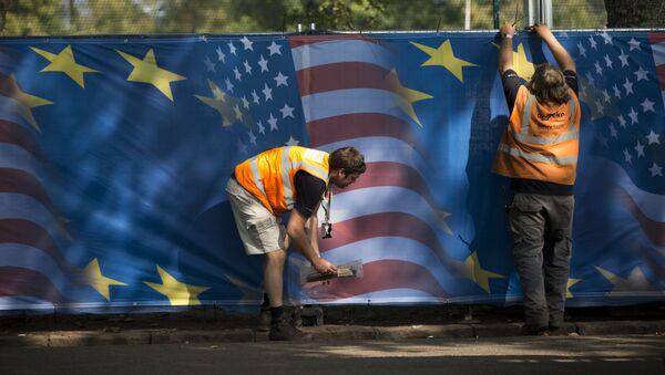 Die Flagge von den USA und der EU - Sputnik Italia