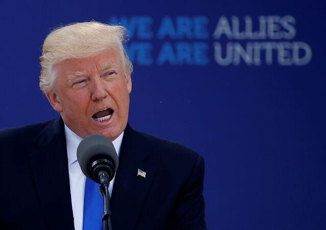 Donald Trump interviene all'inizio del vertice NATO al nuovo quartiere generale a Bruxelles, Belgio.