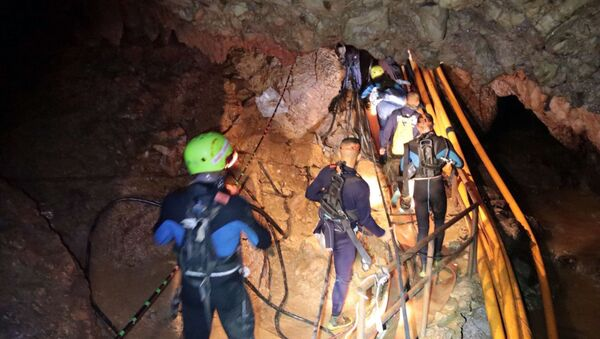 In this undated photo released by Royal Thai Navy on Saturday, July 7, 2018, Thai rescue team members walk inside a cave where 12 boys and their soccer coach have been trapped since June 23, in Mae Sai, Chiang Rai province, northern Thailand - Sputnik Italia