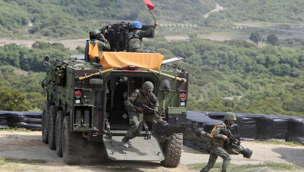 Taiwanese soldiers carrying anti-tank Apilas weapons exit a CM33 Fighting Vehicle during the annual Han Kuang exercises. (File) - Sputnik Italia