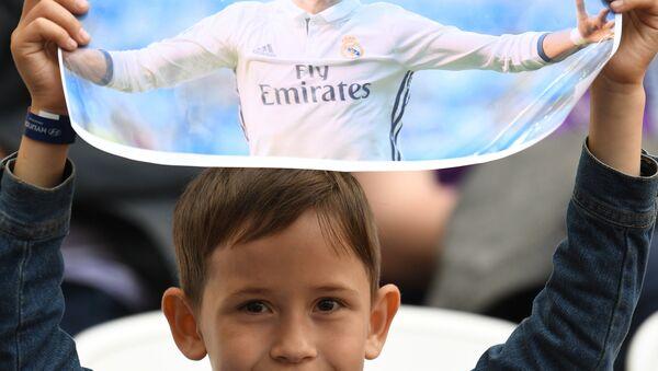 Un piccolo fan di Cristiano Ronaldo allo stadio - Sputnik Italia