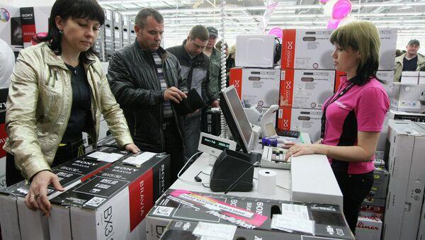 Cassiera e clienti in un ipermercato a Novosibirsk - Sputnik Italia