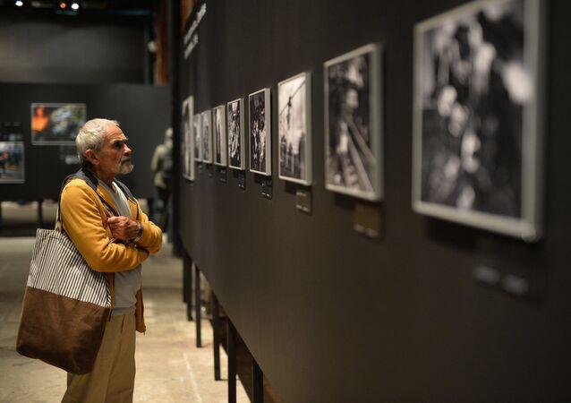 Un visitatore della mostra dedicata alle foto vincitrici del concorso Stenin